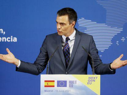 El presidente del Gobierno, Pedro Sánchez, durante la rueda de prensa junto a la presidenta de la Comisión Europea, Ursula von der Leyen, este miércoles en Madrid.