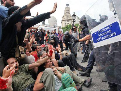 Desalojo de los indignados de plaza Catalunya, en 2011.