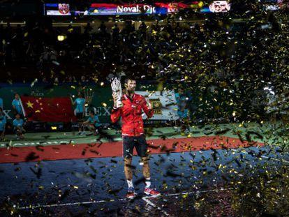 Djokovic posa con su trofeo en Shanghái.