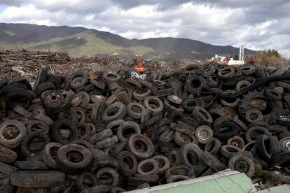 Vertedero de escombros y neumáticos en Japón.