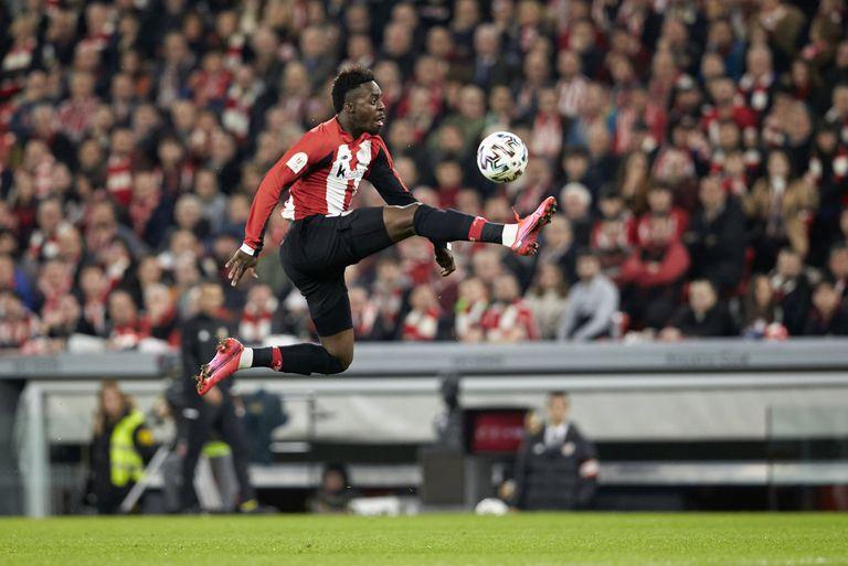 Iñaki Williams controla el balón de forma acrobática durante un partido del Athletic.