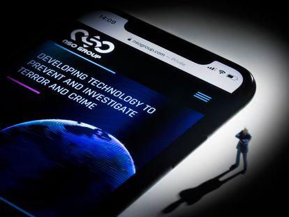 Foto de achivo con un móvil y a web de NSO.
