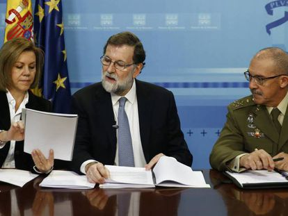 Mariano Rajoy, en el centro, con la ministra María Dolores de Cospedal y el jefe del Estado Mayor de la Defensa Fernando Alejandre, el pasado día 24 en una videoconferencia con las unidades españolas en misiones en el exterior.