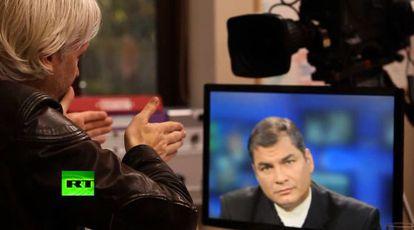 Captura de televisión. Entrevista entre Julian Assange y el presidente ecuatoriano Rafael Correa.