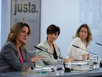 La vicepresidenta Teresa Ribera (izquierda), este martes durante su comparecencia tras el Consejo de Ministros.