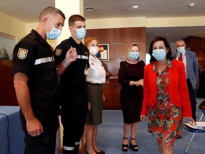 La ministra de Defensa, Margarita Robles (d), asiste a un acto en Madrid en el que dos de los 2.000 rastreadores de las Fuerzas Armadas, que ya están a disposición de las comunidades autónomas para ayudar en el rastreo de casos de coronavirus, han dado cuenta de su nueva misión.