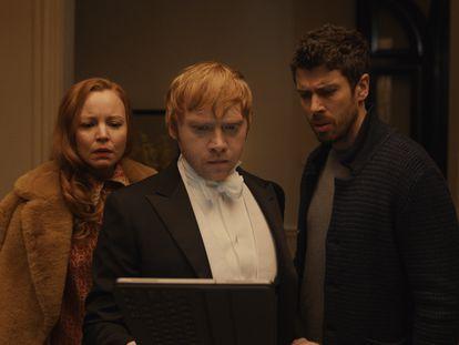 Lauren Ambrose, Rupert Grint y Toby Kebbell, en la segunda temporada de 'Servant'.