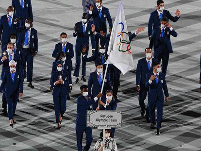 El equipo olímpico de refugiados, durante el desfile de inauguración en el Estadio Nacional de Tokio.