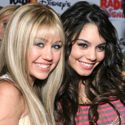 Miley Cyrus con Vanessa Hudgens en un evento de Disney en 2006. Cyrus tenía 14 años ALEXANDRA WYMAN WIREIMAGE