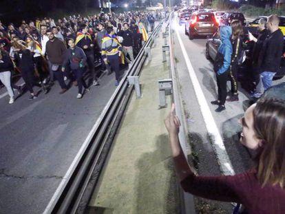 Una mujer se encara con los manifestantes que cortaron la C-58 en Terrassa, el passado octubre.