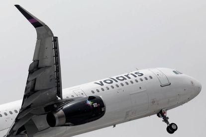 Un avión de Volaris despega de Ciudad de México.