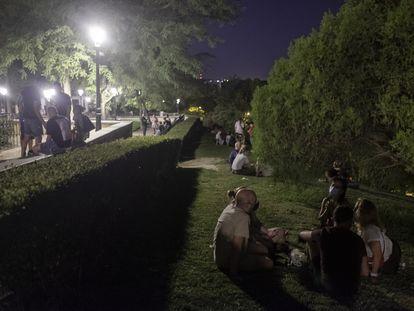 Grupos de jóvenes reunidos en el parque de las Vistillas, el pasado 5 de septiembre en Madrid.