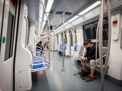 Un usuario en un vagón casi vacío del metro de Barcelona, en diciembre.