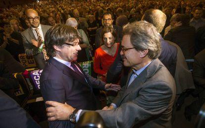 Puigdemont saluda a Artur Mas, en un acto el pasado 19 de mayo.