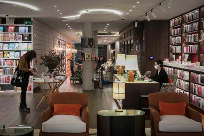 Interior de la nueva librería Finestres, en Barcelona.