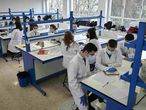 Alumnos del grado en Biotecnología de la Universidad Pública de Navarra, este lunes.