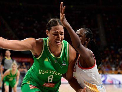 Liz Cambage, defendida por la española Ndour, en un partido del Mundial de 2018.