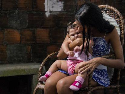 Una madre en un momento de recogimiento con su hija afectada por microcefalia. A menudo, las madres se quedan solas ante la responsabilidad de cuidar de estos niños con discapacidad.