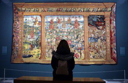 'El paraíso, el purgatorio y el infierno', uno de los tapices del Bosco expuesto en el Monasterio de San Lorenzo de El Escorial.