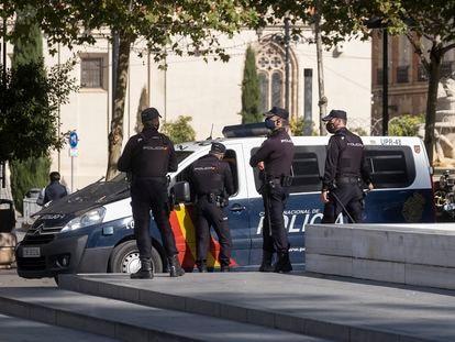 Agentes de la Policía Nacional en noviembre en el centro de Sevilla.