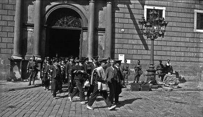 Els mossos d'esquadra sortint de la Generalitat arrestats pels soldats és una de les imatges més colpidores dels convulsos Fets d'Octubre,