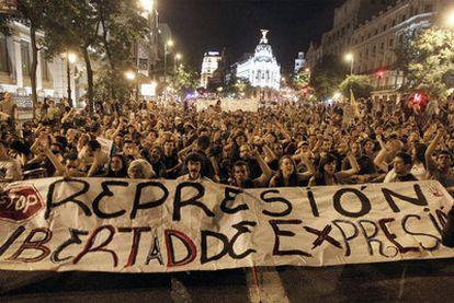 Sentada de los indignados en la calle de Alcalá, cerca de Cibeles, adonde llegaron tras abandonar Sol, pasada la medianoche. Varios jóvenes transportan por la calle del Carmen uno de los sofás del campamento de Sol.