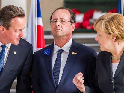 Cameron, Hollande y Merkel, ayer en Ypres, durante la ceremonia en memoria de la I Guerra Mundial