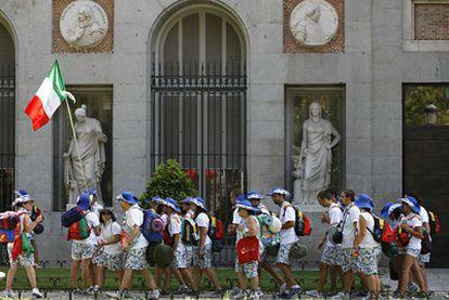 Unos jóvenes italianos de la JMJ hacen cola a la entrada del Museo del Padro el sábado.