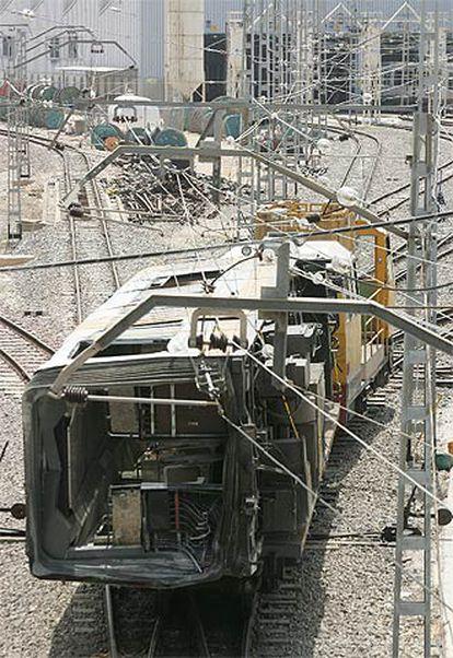 Traslado del vagón de metro siniestrado en Valencia.