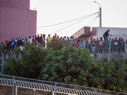 Un grupo de ciudadanos marroquíes intentan llegar a suelo español desde la frontera que separa Melilla y Marruecos, el viernes 21 de mayo.