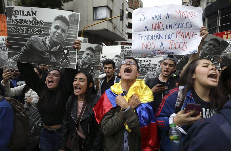 Un grupo de estudiantes canta el himno nacional y sostiene carteles con la imagen de Dilan Cruz, durante una manifestación en noviembre de 2019 en la que exigían justicia para el joven.