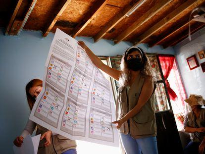 Representantes del Instituto Nacional Electoral alistan las casillas de votación en Ciudad Juárez, Chihuahua.