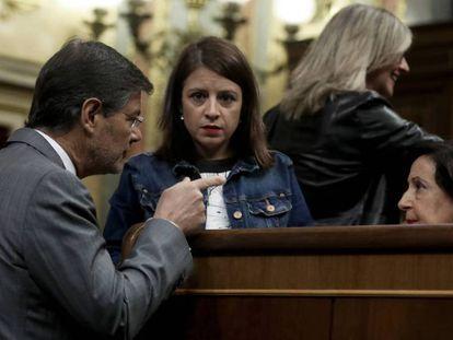 Rafael Catalá habla con las socialistas Adriana Lastra y Margarita Robles. en el Congreso.
