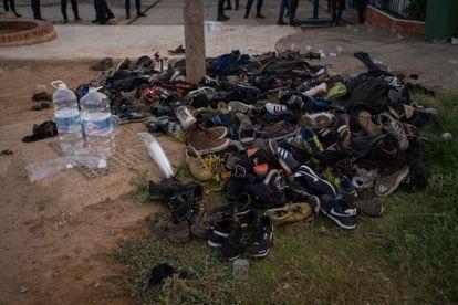 Las zapatillas de los migrantes, amontonadas en el exterior del CETI de Melilla, tras el salto.