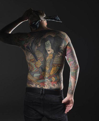 El tatuador Jee Sayalero lleva en su espalda una gran pieza de estilo japonés.