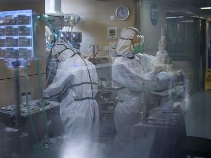 Dos sanitarias atienden a un paciente con la covid-19 en la UCI del Hospital Vall d'Hebron de Barcelona.