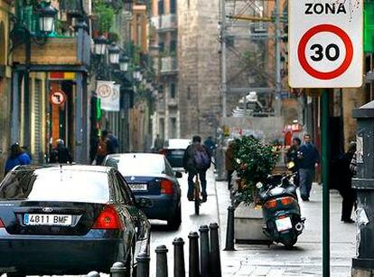 Señal de limitación de velocidad junto a las Torres de Serrano de Valencia.