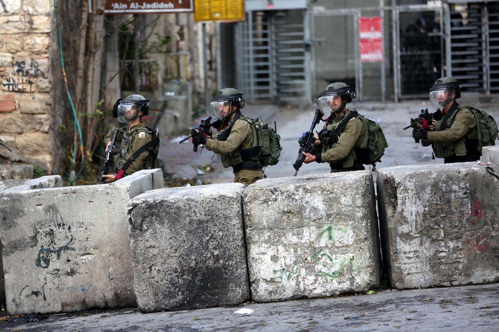 Llamando de noche a la puerta de una casa palestina