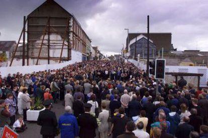 Concentración en Omagh, en Irlanda del Norte, en el primer aniversario del atentado.