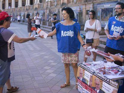 Representantes de Acaip, durante una protesta por la situación de las prisiones el pasado verano.