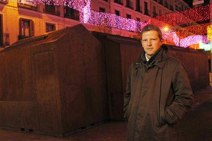 El arquitecto Ben Busche posa ante las casetas navideñas en la plaza de Chueca.