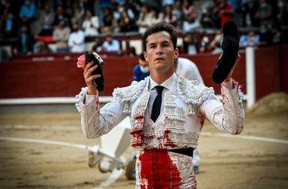 Daniel Luque pasea la oreja de su primer toro.