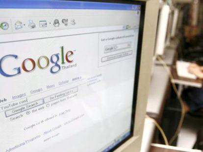 Usuarios manejando una pantalla de Google.