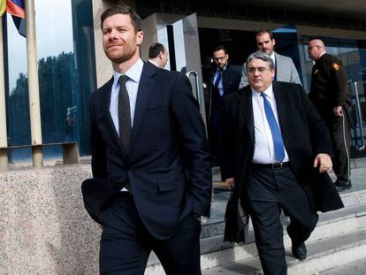 El futbolista Xabi Alonso sale de la Audiencia Provincial de Madrid, donde rechazó pactar con la Fiscalía el pasado mes de enero. En vídeo, sus declaraciones defendiendo su inocencia aquel día.