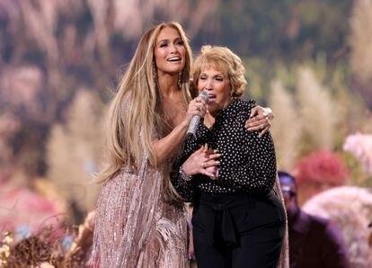 Jennifer López sings with her mother, Guadalupe Rodríguez, 'Sweet Caroline'.
