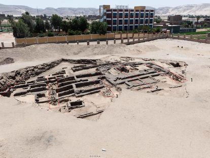 Restos de la fábrica de cerveza en la antigua necrópolis faraónica de Abidos .