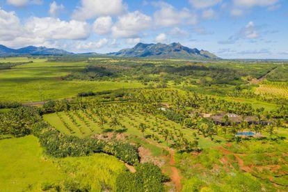 Panorámica del gigantesco terreno en la isla de Kauai. Todo verde a un lado, todo azul océano al otro. Si alguien quiere dar una fiesta, nadie se quejará por la noche.