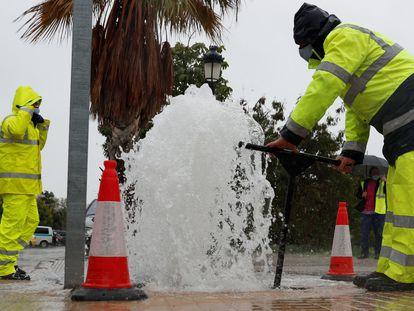 Técnicos de la Móvil 30 para reparar fugas de agua en los 1.200 kilómetros de tuberías de Valencia.