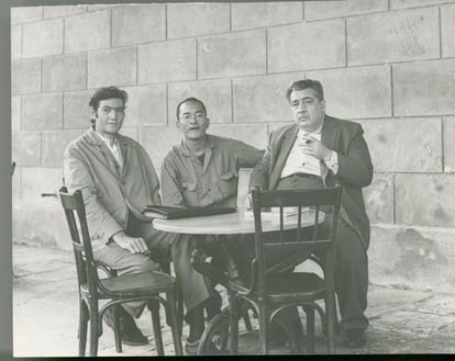 De izquierda a derecha, Julio Cortázar, el fotógrafo Chinolope y José Lezama Lima en La Habana en 1963.