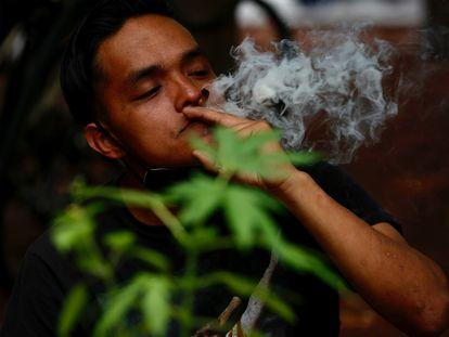 Un activista del Movimiento Cannábico Mexicano Plantón 420, fuma un cigarro de marihuana como protesta para exigir la regularización de la marihuana en junio de 2021.